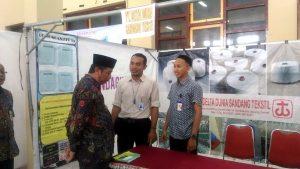 Bupati Rembang, Abdul Hafidz berdialog dengan perwakilan perusahaan yang membuka stand pameran di arena job fair, Kamis (21/03).