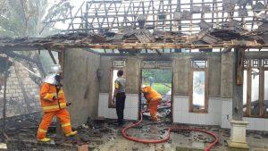Kebakaran yang meludeskan rumah Nur Solikhin di Desa Krikilan, Kec. Sumber, Minggu pagi (17/03).