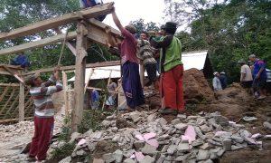 Rumah Sunardi di Desa Banyuurip Kecamatan Pancur yang rusak dihantam batu besar, akhirnya dibongkar, Sabtu (09/03).