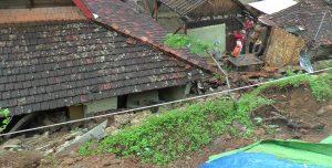 Kondisi tanah longsor di Desa Manggar Kecamatan Sluke menimpa dua unit rumah warga, Rabu (06/03).