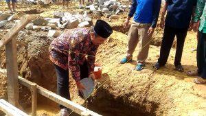 Bupati Rembang, Abdul Hafidz meletakkan batu pertama pembangunan Masjid Desa Doropayung, Kecamatan Pancur.