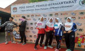 Peserta berfoto – foto dulu sebelum lomba. (gambar atas) Pemenang lomba menggambar poster foto bareng dengan komisioner KPU dan Ketua KPU Kab. Rembang, Sabtu (09/03).