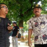 Kepala Dinas Kependudukan Dan Pencatatan Sipil Kab. Rembang, Moch. Daenuri saat diwawancara wartawan, Jum'at pagi (22/03).