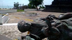 Patung Pangeran Diponegoro yang ambruk di perbatasan Jawa Tengah dengan Jawa Timur, dicek oleh dinas terkait Pemkab Rembang, Senin (25/03).