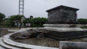 Patung Pangeran Diponegoro berkuda di perbatasan Provinsi Jawa Tengah dan Jawa Timur roboh, Mnggu (24/03).