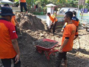 Kerja bhakti membersihkan lumpur di sekolah PAUD Pamotan. (Gambar atas) Kondisi Kelompok Bermain Tunas Siswa III Pamotan, Selasa pagi (21/03).