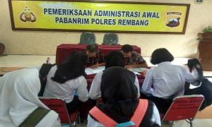Suasana pemeriksaan administrasi awal pendaftaran calon anggota Polri di Mapolres Rembang, Kamis (28/03).