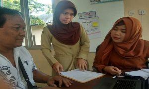 Kasi Pelayanan Perizinan, Nurida Andante Islami (tengah) bersama pegawai loket pelayanan, membantu pemohon yang memasukkan data melalui sistem OSS.