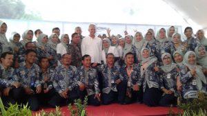 Tenaga medis Puskesmas Sumber foto bareng dengan Gubernur Jawa Tengah, Ganjar Pranowo. (Gambar atas) Gubernur memberikan nama bayi.