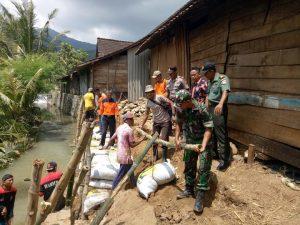 Petugas gabungan menggelar kerja bhakti membuat tebing darurat di Desa Rendeng, Kecamatan Sale, Kamis (21/03). (Gambar atas) Lahan tanaman padi rusak tersapu banjir di Desa Rendeng.
