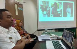 Pihak rumah sakit dr. R. Soetrasno Rembang menunjukkan foto – foto pasien rawat jalan menerima obat yang diantar gratis.