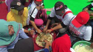 Brokohan Untuk Keselamatan NKRI ditutup makan bareng. (Gambar atas) Suasana lapangan Desa Sendangmulyo, Kecamatan Bulu, Sabtu (30/03).