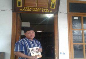 Slamet, usai meminjam buku dari Perpustakaan Masjid Jami' Lasem, belum lama ini.