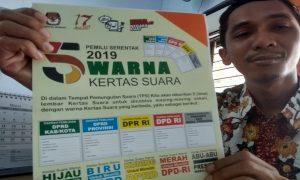 Ketua KPU Kabupaten Rembang, M. Ika Iqbal Fahmi menunjukkan bahan sosialisasi tentang jenis surat suara yang akan dihitung oleh KPPS dalam Pemilu 17 April 2019.