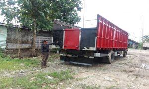 Dua truk yang menggencet korban di pangkalan truk Desa Punggurharjo, Kecamatan Pancur, Rabu (06/03).