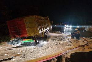 Petugas pemadam kebakaran menjinakkan api yang meludeskan ban truk di Desa Padaran, Rembang, Kamis malam (14/03).