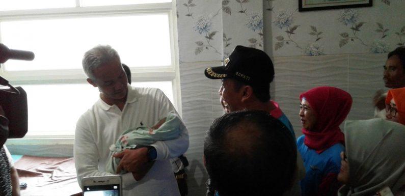 Gubernur Beri Nama Bayi Di Puskesmas Sumber, Siapa Namanya ?