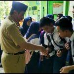 Bupati Rembang, Abdul Hafidz saat memantau UNBK di Kecamatan Sulang dan Bulu, Senin (22/04).