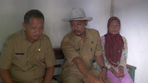 Asisten II Sekda Rembang, Abdullah Zawawi (paling kiri) didampingi Kades Temperak, saat berada di kediaman Neneknya Alfi Khairunafiah. (Gambar atas) Hasil penerawangan orang pintar, Alfi diperkirakan berada di tempat ini.