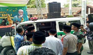 Mobil ambulance untuk Kecamatan Sarang, diserahkan saat peringatan Isra' Mi'raj di halaman parkir Kantor Bupati, Senin sore (01/04).
