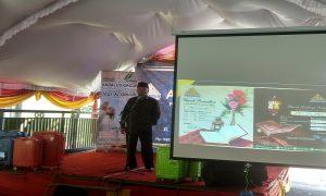 Maliki Malik, Direktur Operasional Andalus Group saat membuka kantor perwakilan di Rembang. (Gambar atas) Tamu undangan menunjukkan selebaran paket umroh yang ditawarkan Andalus Group, Sabtu (06/04).