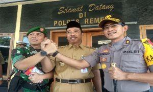 Bupati Rembang, Abdul Hafidz (tengah) melakukan salam komando dengan Kapolres dan Komandan Kodim Rembang, Senin (15/04).