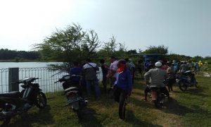 Suasana Embung Tambakagung, Kecamatan Kaliori ramai, Selasa siang. (Gambar atas) Warga bersama tim medis memberikan pertolongan pertama dengan cara membalikkan kepala korban, tapi nyawanya tidak bisa diselamatkan.