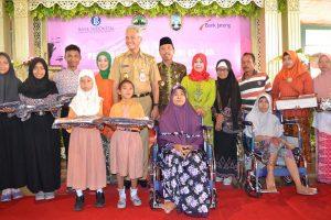 Gubernur Jawa Tengah, Ganjar Pranowo bersama anak-anak yang mendapatkan bantuan. (Gambar atas) Kunjungan isteri Gubernur, Atiqoh di Puskesmas Rembang, Kamis (25/04).
