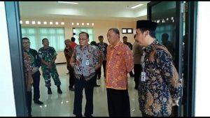 Bupati Rembang, Abdul Hafidz dan sejumlah pejabat saat mengecek ruangan di Kantor Inspektorat Kab. Rembang yang baru, Jum'at (26/04).