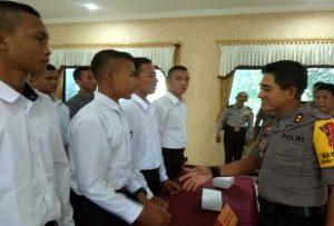 Kapolres Rembang, AKBP Pungky Bhuana Santosa berdialog dengan pendaftar calon anggota Polri.