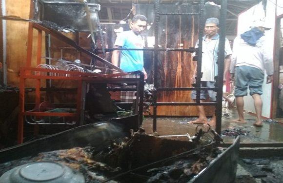Kebakaran Kejutkan Warga, Petugas Damkar Gerak Cepat
