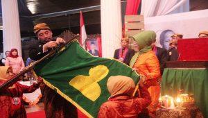 Suasana prosesi kirab pataka RA. Kartini dari pendopo Museum Kartini Rembang, Sabtu malam (20/04).