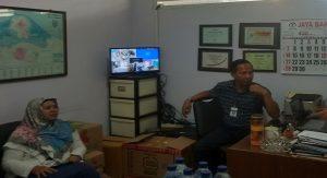 Dua komisioner KPID Jawa Tengah saat melakukan pantauan radio di Kab. Rembang, belum lama ini.