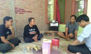 Komisioner KPU Rembang mendatangi kediaman Almarhumah Nurul Hidayati, anggota KPPS di Desa Landoh yang meninggal dunia, belum lama ini.