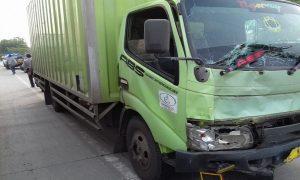 Kecelakaan melibatkan mobil Xenia dengan truk box di jalur Pantura Desa Punjulharjo, Rembang, Minggu sore (14/04).