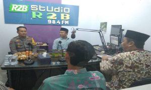 Bupati Rembang, Abdul Hafidz (paling kanan) saat talkshow Halo Bupati di Radio R2B. (Gambar atas) Momen kebersamaan Bupati dan Wakil Bupati Rembang.
