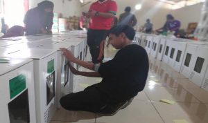 Seorang komisioner KPU Kabupaten Rembang memantau langsung proses pengepakan surat suara ke dalam kotak.