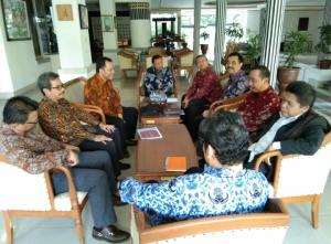 Bupati Rembang, Abndul Hafidz didampingi Direktur PT. Rembang Migas Energi saat berada di Puri Gedeh rumah dinas Gubernur Jateng, guna membahas pembagian PI pengelolaan sumur gas Krikilan, belum lama ini.