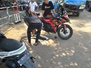 Warga mengambil sepeda motor di Satlantas Polres Rembang. Karena knalpot tidak standar, maka knalpot harus diganti dulu sebelum kendaraan dibawa pulang.