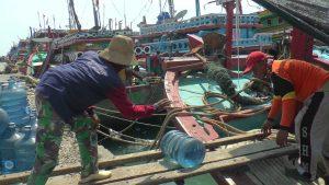 Nelayan di Pelabuhan Tasikagung mengisi perbekalan kapal, Selasa (16/04). Begitu selesai nyoblos, mereka akan berangkat melaut.