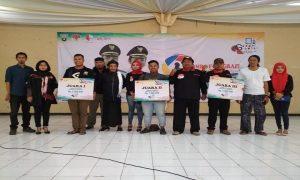 Para pemenang lomba fotografi usai menerima hadiah. (Gambar atas) Pengunjung mengamati deretan foto, di Gedung Balai Kartini Rembang, Sabtu (20/04).