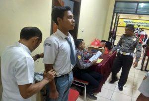 Seorang pendaftar anggota Polri dari Kab. Rembang, diukur tinggi badannya.