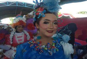 Peragaan busana yang mengenakan kostum dari sampah daur ulang di pinggir Pantai Nyamplung Indah Desa Tritunggal, Senin (22/04).