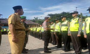 Kapolres Rembang didampingi Bupati dan Komandan Kodim, berdialog dengan anggota polisi yang akan ditugaskan ke TPS, Senin (15/04).