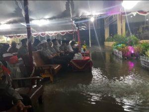 Banjir menggenangi lokasi kegiatan do'a bersama di halaman Mapolres Rembang. (Gambar atas) Banjir merendam akses jalan nasional, Jl. Rembang – Blora, sampai Kamis dini hari.
