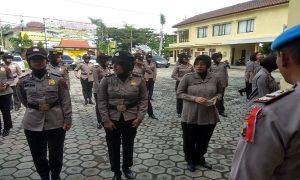 Pemeriksaan anggota Polwan di halaman Mapolres Rembang, Senin (29/04).