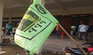 Ada bendera PPP dalam kampanye Prabowo – Sandi di Gedung Haji Rembang. (Gambar atas) Massa pendukung Prabowo – Sandi konvoi di Jl. Pemuda Rembang, Jum'at (12/04).