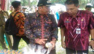 Bupati Rembang, Abdul Hafidz (mengenakan topi) melihat produk makanan olahan, saat berada di Desa Tahunan, Kecamatan Sale.