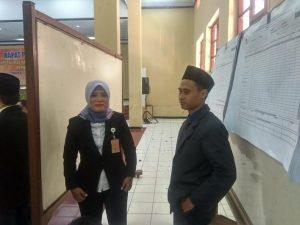 Dua orang Komisioner KPU Kabupaten Rembang di tengah-tengah proses rekapitulasi suara tingkat kabupaten, Selasa (30/04).