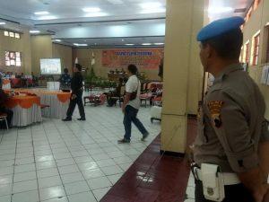 Polisi menjaga rekapitulasi suara manual Pemilu di Gedung Balai Kartini, Selasa (30/04).